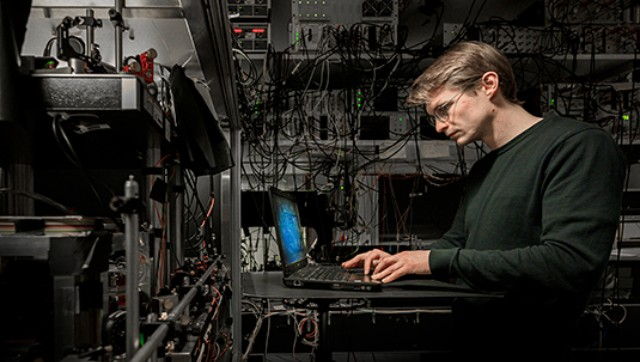 LMU physicist Tim van Leent working on a an experiment in the lab.