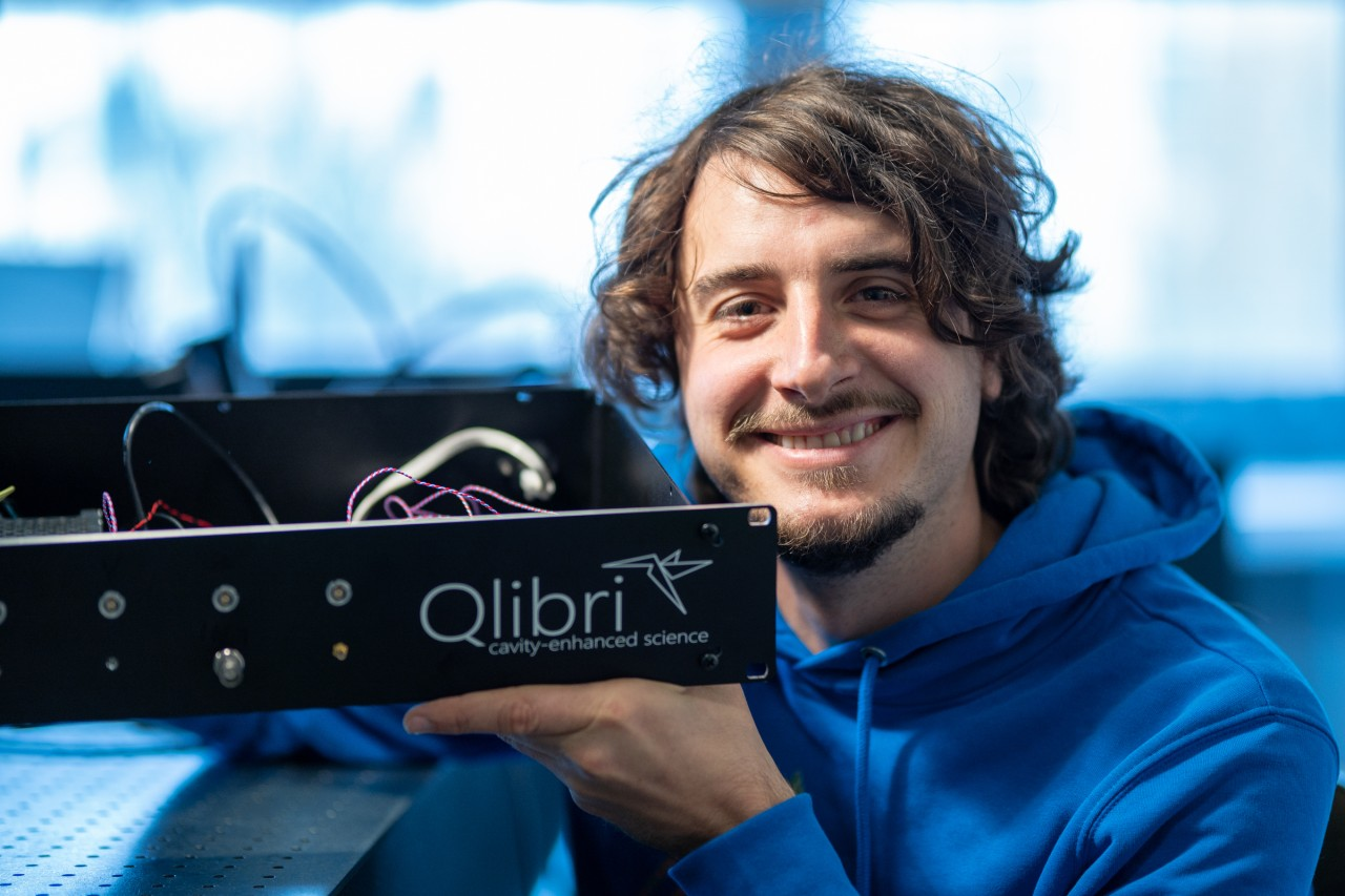 Jonathan Noé smiling and holding one of the products made by his start-up, Qlibri.