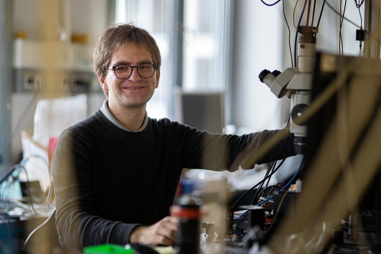 Matthias Mader working in his laboratory at LMU Munich.