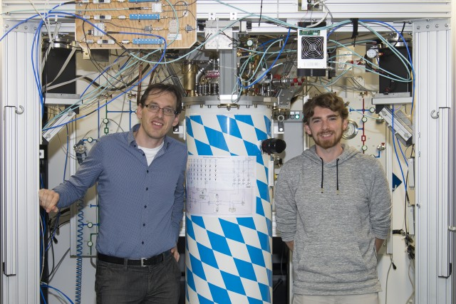 Stefan Pogorzalek (r) and co-author Dr. Frank Deppe with the cryostat, in which they have realized a quantum LAN for the first time.